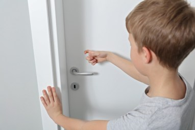 Child knocking on closed door. Image meant to signify healthy boundaries and couples communication skills in Massachusetts through the use of limits.