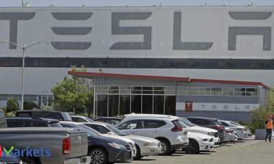 Tesla falls for fourth straight session; insiders offload stake