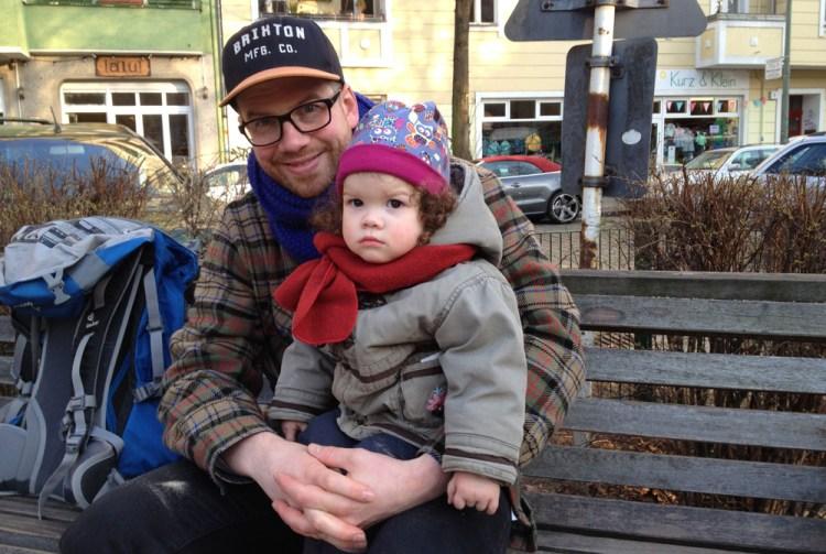 Flo mit Sori auf dem Reuter-Spielplatz in Neukölln