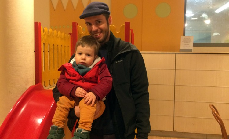 Unten gibt es eine Kleintierhandlung, oben Essen, Trinken, eine Rutsche und eine Wickelecke: Auch Joost und Joris finden, dass man sich im Karstadt am Neuköllner Hermannplatz ein paar Minuten aufwärmen kann.