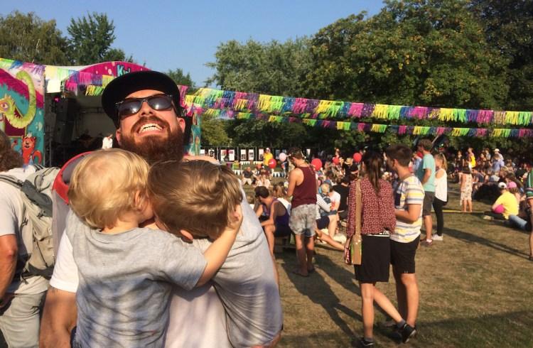 Hat keine fünf Minuten Ruhe mehr, seit zwei Kinder da sind: Travis mit Arik und Olin