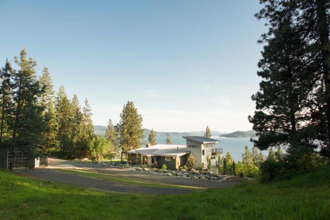 bc2015_front-yard_19_view-front-yard-lake_h.jpg.rend.hgtvcom.1280.853