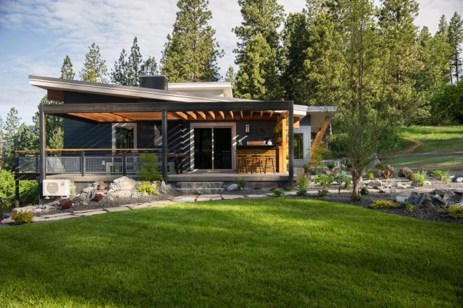 bc2015_outdoor-kitchen_05_lawn-surrounding-hardscape_h.jpg.rend.hgtvcom.1280.853