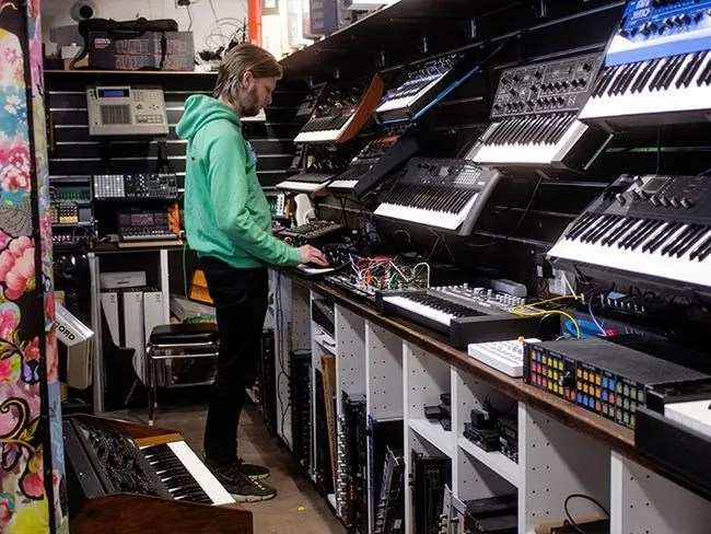 Softube Parallels - Johan Antoni nel suo negozio