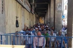 2017_7_14-worshippers-pray-outside-al-aqsa-1-4