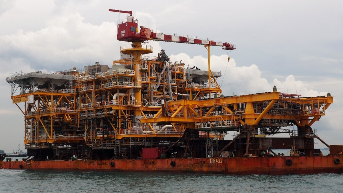 The topside of the Yadana platform is transported in Singapore in 2016. Piet Sinke / Maasmond Maritime