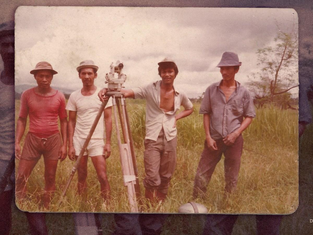 Tedjabayu mengelola alat ukur teodolit bersama tim survei tanah Buru pada 1970-an. Sumber: Tuti Pujiarti