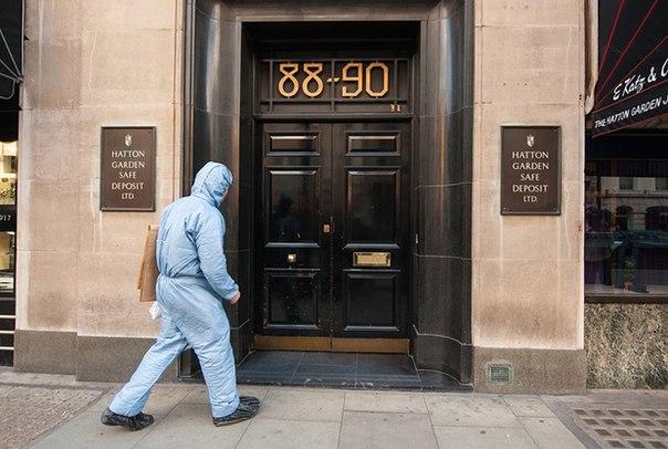 Полицейский эксперт входит в здание компании Hatton Garden Safe Deposit, где произошло крупнейшее ограбление в английской истории. Фото: Dominic Lipinski/PA