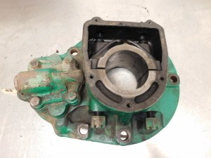 JD UNSTYLED  A LEFT MAIN BEARING HOUSING WITH OIL PUMP 12529
