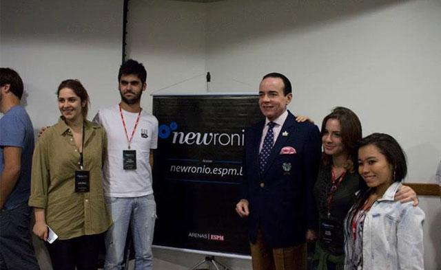 (Equipe do Newronio - da esquerda para direita: Julia Bass, Caio Anequini, Luisa Acioli e Camila Mayumi - com Chiquinho Scarpa).