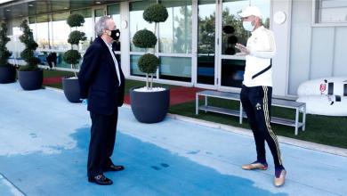 Photo of صور – بيريز يظهر متأثراً بالحجر المنزلي في زيارته لتدريبات ريال مدريد