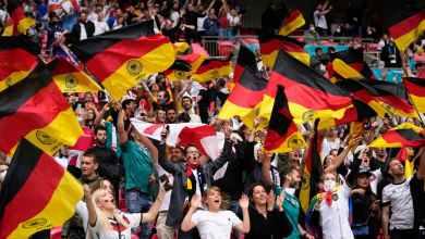 Photo of لفتة إنسانية – جماهير إنجلترا تُجمع تبرعات لطفلة ألمانيا الباكية