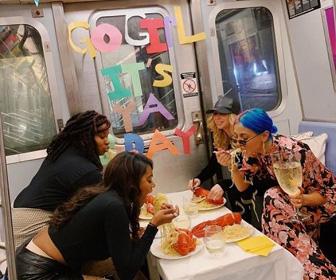 地下鉄の列車内で勝手にパーティーした女