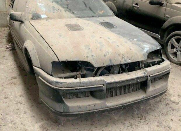 В заброшенном гараже украинца нашли уникальный автомобиль. Фото