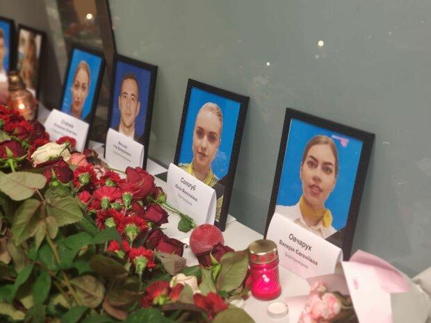 Слезы наворачиваются: муж погибшей стюардессы Юлии Сологуб часами не отходит от ее портрета в аэропорту