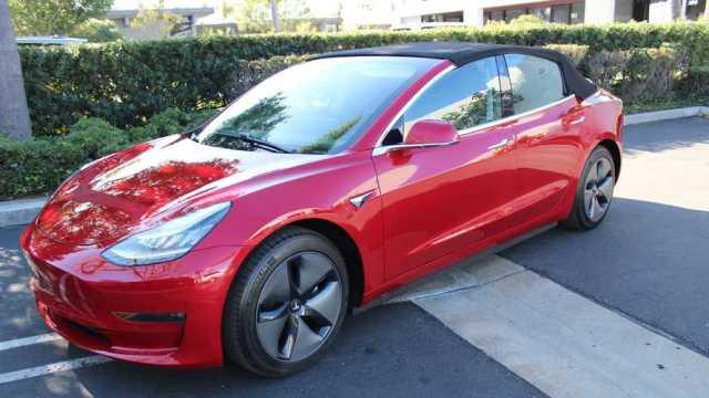 Первые фото уникального кабриолета Tesla Model 3