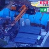 大型クレーン車が横転 住宅を直撃 屋根など大破