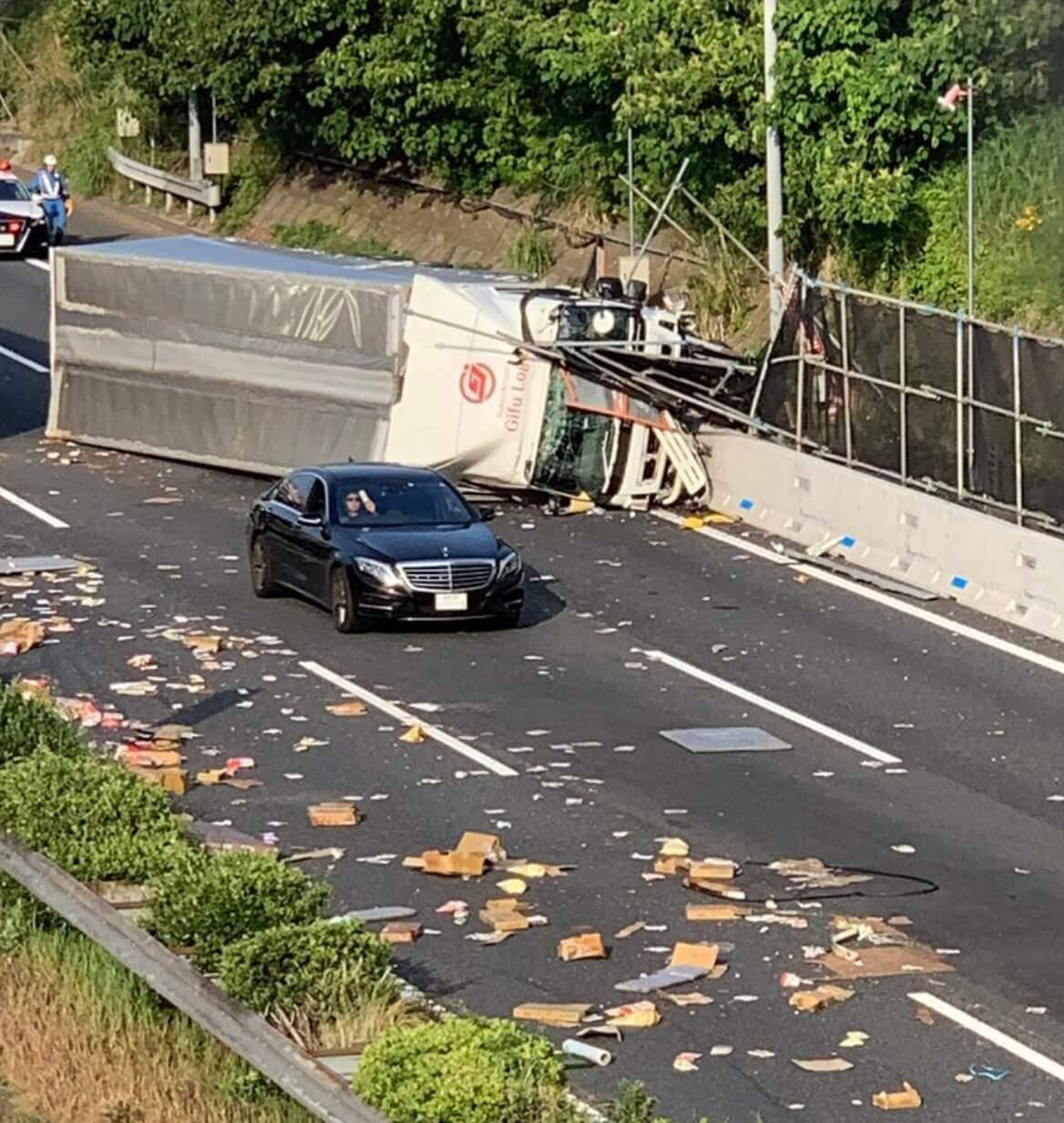 Truck accident 東名高速 海老名SA~横浜町田IC間の大和トンネル付近でトラックが横転事故