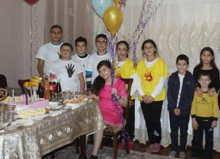 14-летняя девочка из Дагестана, страдающая от ДЦП, переборола страх улицы и смогла выйти из дома