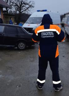 Спасатели помогли мужчине, попавшему в тройное ДТП