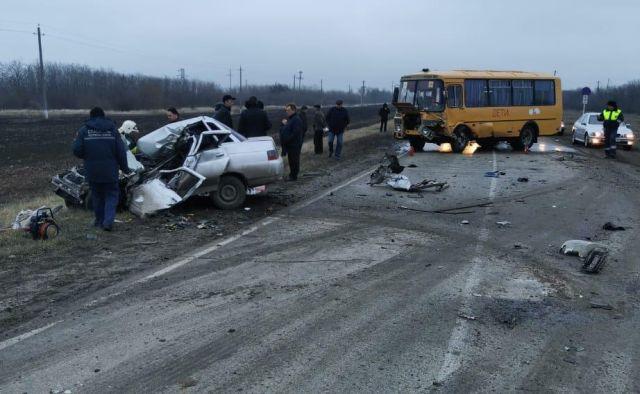 Мужчина погиб в ДТП легковушки и школьного автобуса в Ростовской области