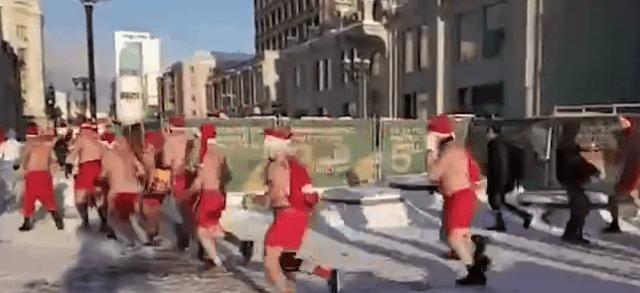 В Екатеринбурге на улицах замечены голые Деды Морозы и Снегурочки