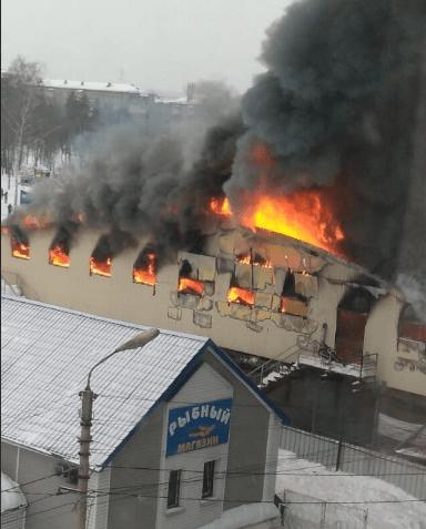 В городе Искитим Новосибирской области горит торговый комплекс «Центральный»