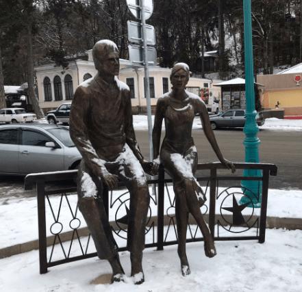 Приезжающих в Кисловодск гостей теперь встречает влюбленная пара