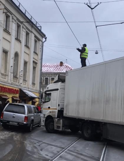 В центре Москвы водитель фуры перекрыл движение