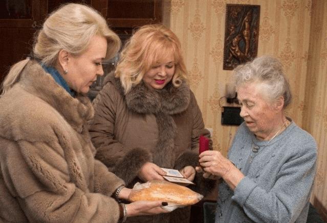 Чиновниц, подаривших бабушкам-блокадницам пироги, уволили