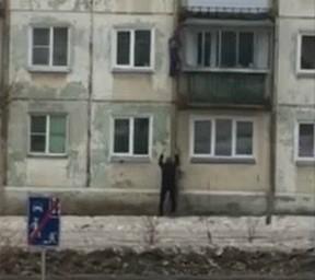Повисшего на водосточной трубе ребенка спас мужчина в Челябинской области