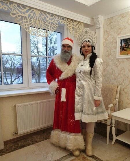 Паре в костюмах Деда Мороза и Снегурочки отказали в торжественной регистрации брака в Санкт – Петербурге