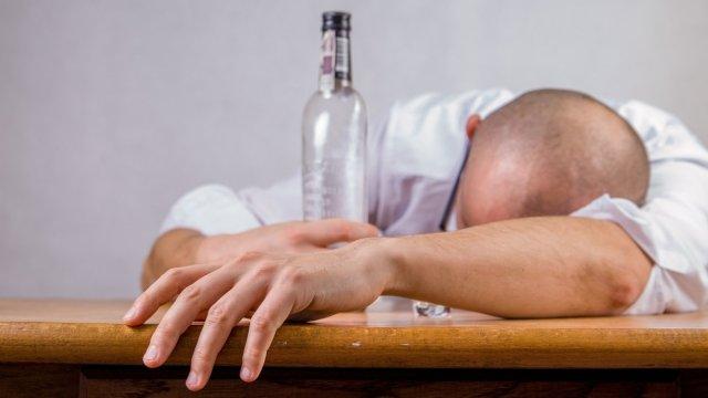 Пять человек отравились «паленым» алкоголем в Омской области