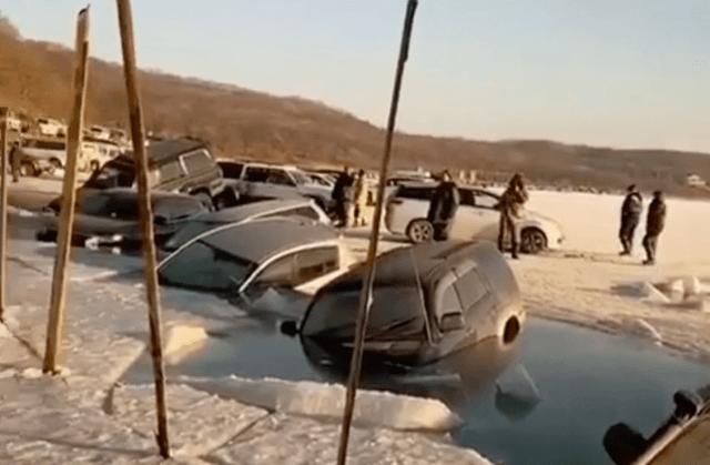30 припаркованных автомобилей провалились под лед во Владивостоке