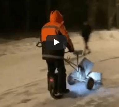 Случайные прохожие заметили одного коммунальщика, он чистил снег на моноколесе