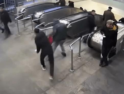 В Московском метро неизвестный отобрал телефон и сдал его в ломбард