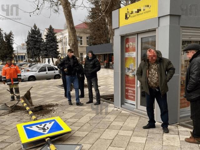 Дорожный знак от ветра упал на мужчину и разбил ему голову на Кубани