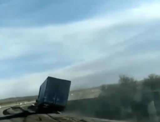 Ураган сносит фуры и препятствует движению транспорта вблизи Георгиевска