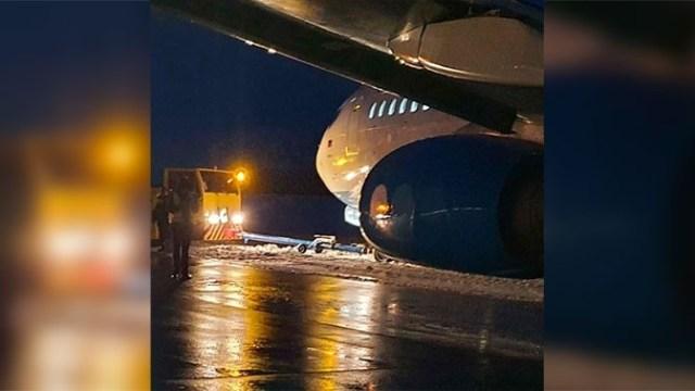Пассажирский самолет выкатился за пределы взлетной полосы в Уфе