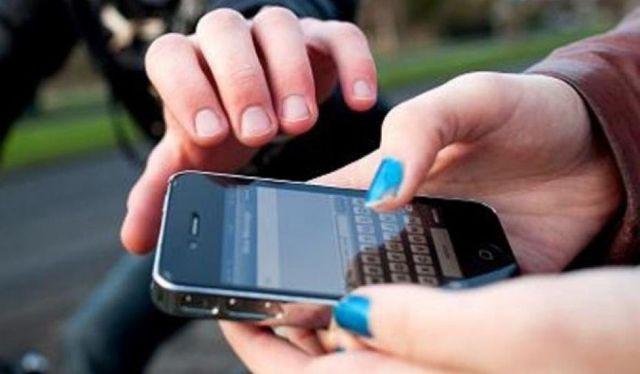 Телефон вырвал из рук пассажирки автобуса и скрылся парень в Невинномысске