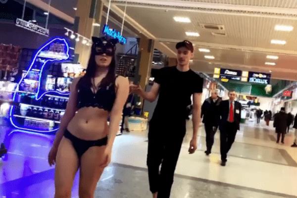 Полуголую девушку выгуливал на поводке парень в ТЦ Нижнего Новгорода