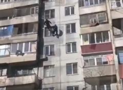 На видео попал момент задержания спецназом извращенца в Новочеркасске