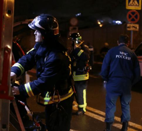 В Москве сейчас горит четырехэтажное общежитие