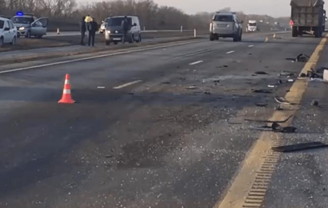 4 человека погибли в столкновении микроавтобуса и фуры в Ростовской области