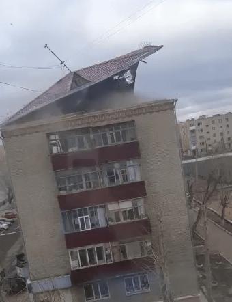 Ураганный ветер  сорвал крышу у пятиэтажного здания в Кокшетау