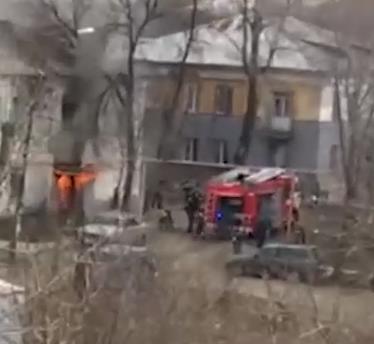 133-килограммовую жительницу Челябинска второй день не могут вывести из сгоревшего подъезда