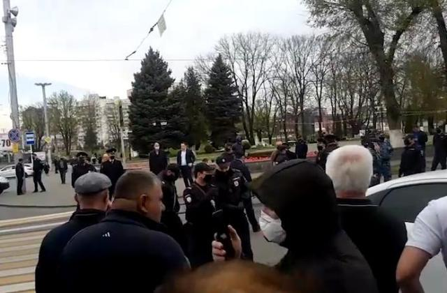 Во Владикавказе люди вышли на митинг против самоизоляции. Позвал их туда известный ковид-диссидент