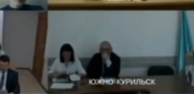 Мэр Южно – Курильска залез под юбку чиновнице во время видеоконференции