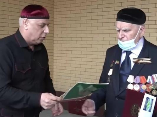 В Чечне ветеранам ВОВ выплатили по миллиону рублей и подарили квартиры