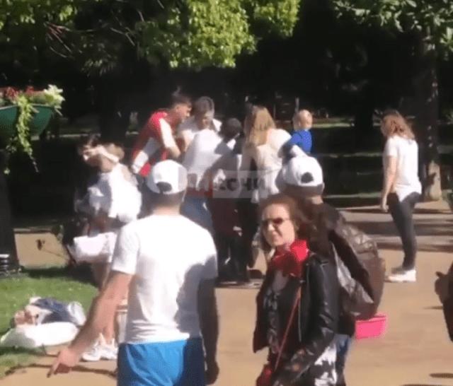 Из – за мыльных пузырей подрались на улице мужчины в Сочи